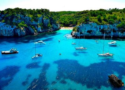 Barcos en Macarelleta en Menorca