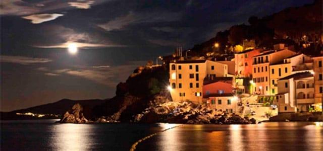 Puerto en la isla de Elba en un Viaje en velero a Italia