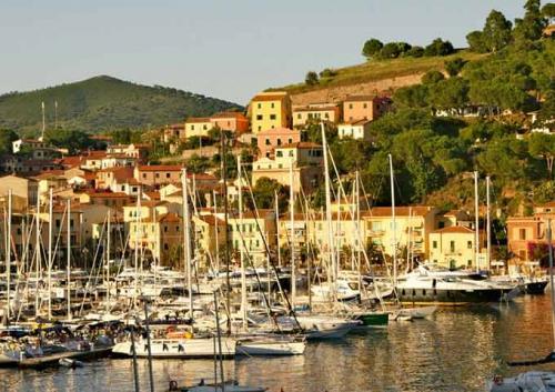 Porto Azurro en Elba con un Viaje de vacaciones en velero a Italia