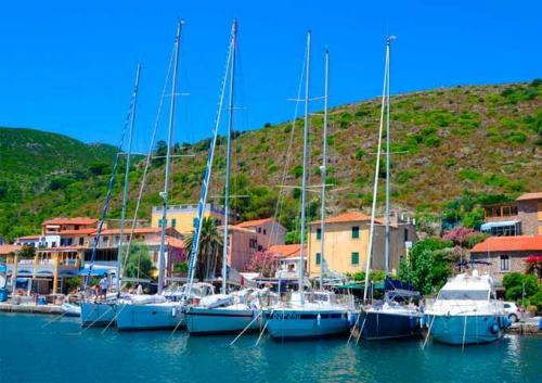 El Puerto de Capraia en un Viaje de vacaciones en velero a Italia - La Toscana - Puerto de Capraia