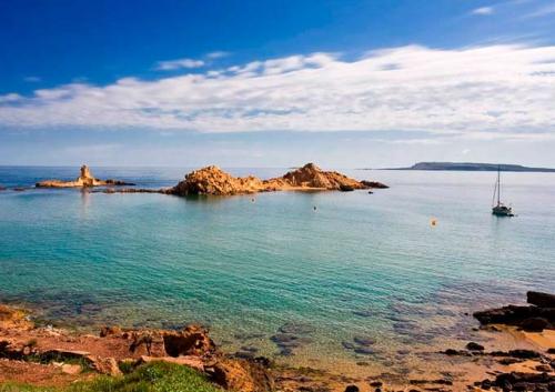 Velero en Cala Pregonda en Menorca