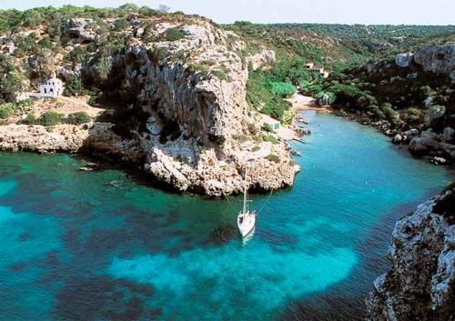 Navegar en Menorca a Cales Coves