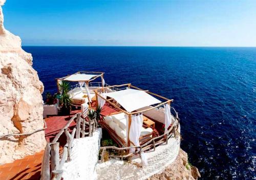 Cueva del Xoroi para Viaje de Vacaciones en Velero a Menorca