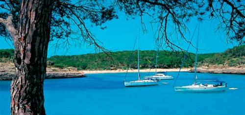 Veleros en Macarella de Menorca