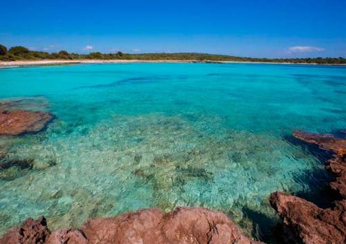 Playa de Son Saura para Viaje de Vacaciones en Velero a Menorca