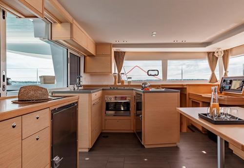 Cocina y Mesa de Cartas del Alquiler de Catamarán Lagoon 450 en Grecia