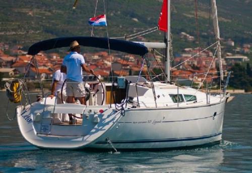 A Motor del Alquiler de Velero Sun Odyssey 32i en Ibiza