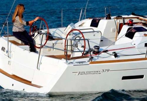 Maniobra del Alquiler de Velero Sun Odyssey 379 en Ibiza