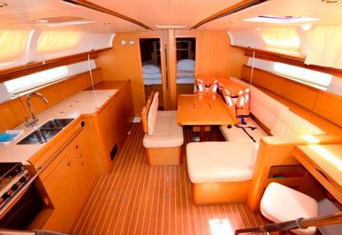Entrada Cabinas de Proa del Alquiler de Veleros Sun Odyssey 44i en Croacia