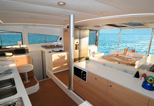 Cocina abierta del Alquiler de Catamarán Bali 43 en Mallorca