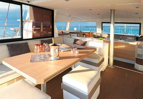 Comedor del Alquiler de Catamarán Bali 43 en Mallorca