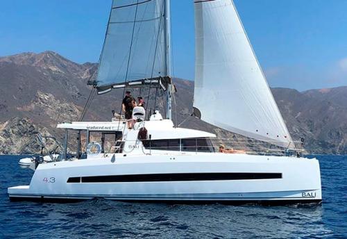 Navegando en un Alquiler de Catamarán Bali 43 en Mallorca