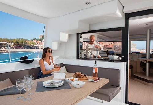 Mesa Exterior del Alquiler de Catamarán Bali 45 en Mallorca