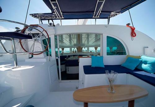 Entrada al Salón del Alquiler de Catamaran Lagoon 380 en Grecia