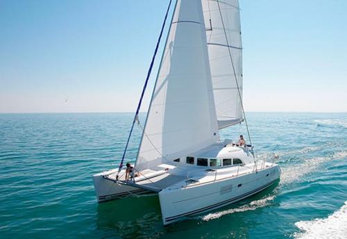 Navegando en el Alquiler de Catamaran Lagoon 380 en Sicilia