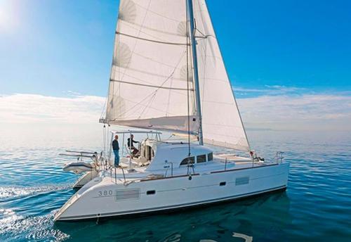 Través del Alquiler de Catamaran Lagoon 380 en Grecia