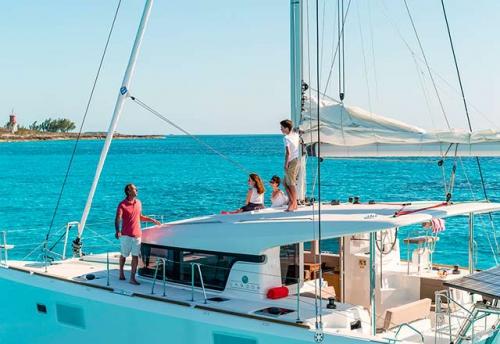 Familia en un Alquiler de Catamaran Lagoon 39 en Mallorca