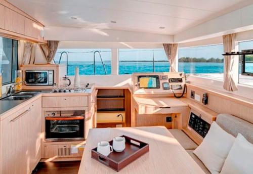 Salón y Comedor del Alquiler de Catamaran Lagoon 39 en Mallorca