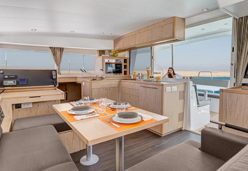 Comedor del Alquiler de Catamaran Lagoon 400 en Menorca