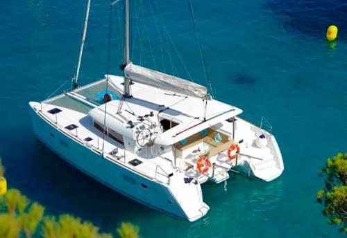 Fondeado el Alquiler de Catamaran Lagoon 400 en Menorca