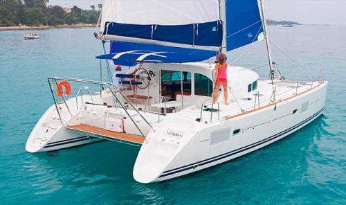 Navegando en el Alquiler de Catamarán Lagoon 410 en Ibiza