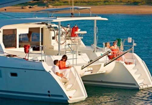Fondeo con el Alquiler de Catamarán Lagoon 421 en Ibiza