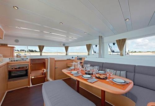 Comedor del Alquiler de Catamarán Lagoon 421 en Ibiza