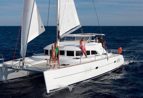 Familia navegando con Alquiler de Catamarán Lagoon 421 en Ibiza