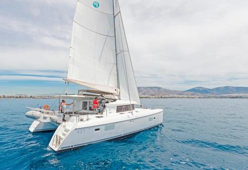 Navegando en el Alquiler de Catamarán Lagoon 421 en Ibiza