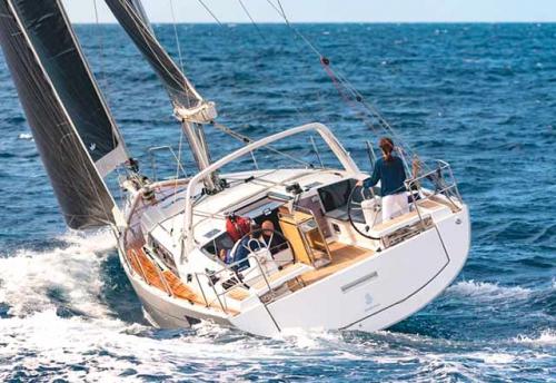 Navegando en el Alquiler de Velero Oceanis 41.1 en Menorca