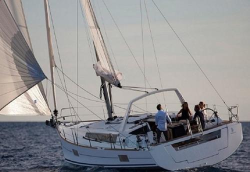 Navegando el Velero Oceanis 48 en Alquiler en Mallorca