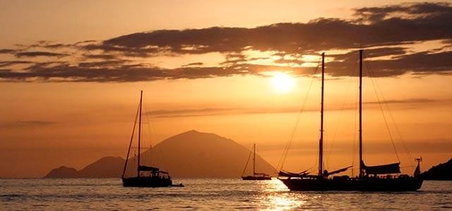 Atardecer en un Viaje de Vacaciones en Velero a Sicilia