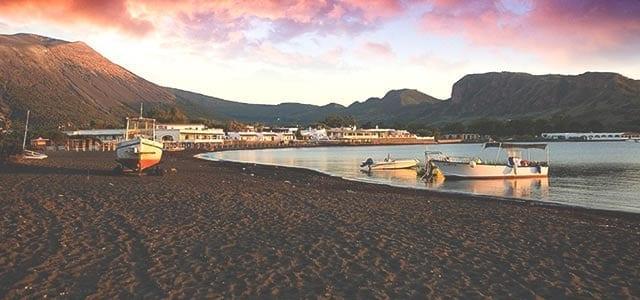 Isla de Filicudi en un Viaje de Vacaciones en Velero a Sicilia