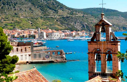 Iglesia del Puerto de Komiza en Viaje de Vacaciones en Velero a Croacia