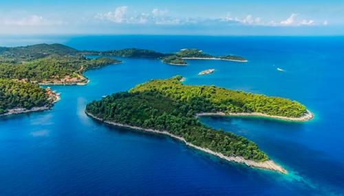 Islas de Plakene en Hvar en un Viaje de Vacaciones en velero a Croacia