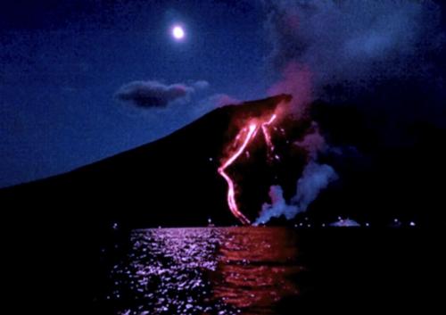 La Schiara del Fueco en Stromboli de noche