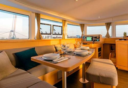 Comedor del Alquiler de Catamaran Lagoon 42 en Grecia