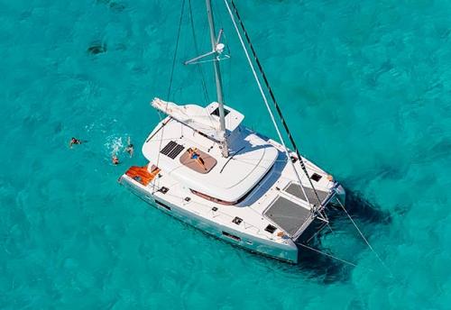 En la Playa con el Alquiler de Catamaran Lagoon 42 en Grecia