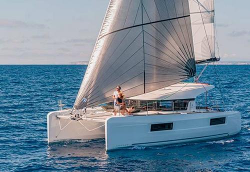 Navegando en el Alquiler de Catamarán Lagoon 40 en Grecia