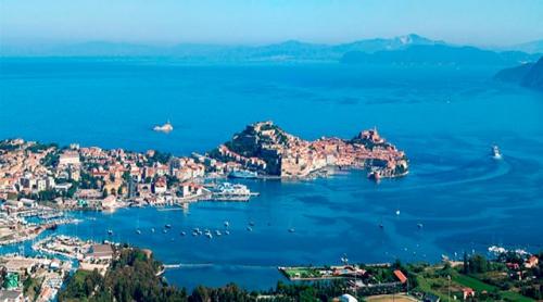 Navegar en Italia en el Puerto de Portoferraio