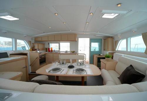 Comedor del Alquiler de Catamarán Lagoon 440 en Italia