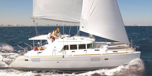 Navegando en el Alquiler de Catamarán Lagoon 440 en Italia