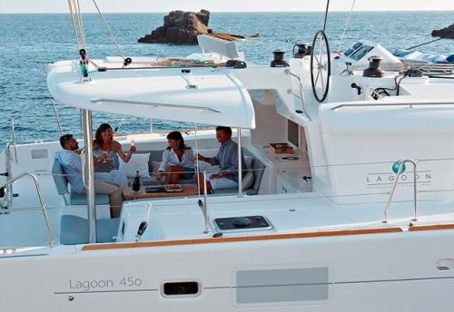 Bañera de Popa y Flybridge del Alquiler del Catamarán 450 en Grecia
