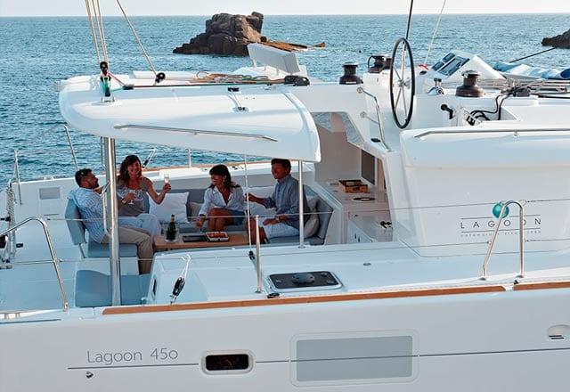 Bañera de Popa y Flybridge del Alquiler del Catamarán 450