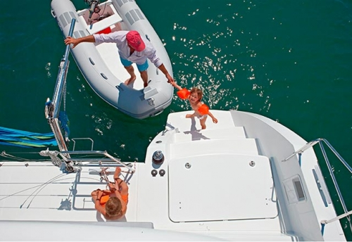 Plataforma de baño del Alquiler del Catamarán 450 en Grecia
