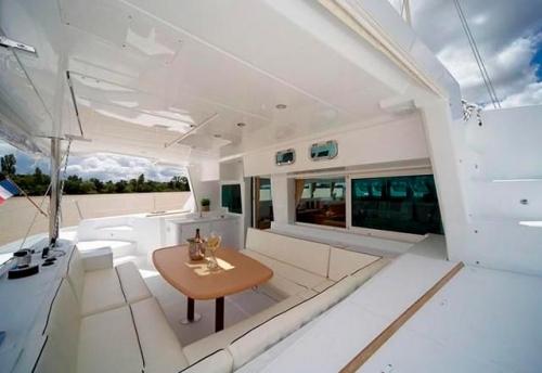 Mesa de Comedor en la Bañera del alquiler del Lagoon 500 en Italia