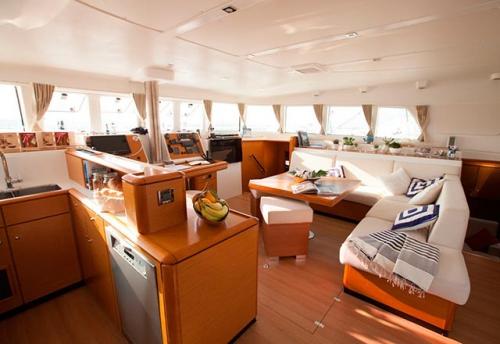 Comedor del Alquiler de Catamarán Lagoon 500 en Italia