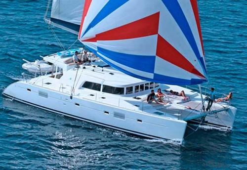 Navegando en el Alquiler de Catamarán Lagoon 500 en Italia