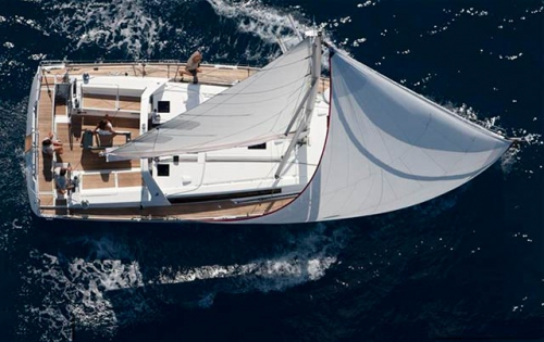 Cubierta Navegando del Alquiler de Velero Oceanis 45 en Italia