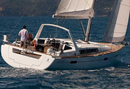 Navegando en el Alquiler de Velero Oceanis 45 en Italia